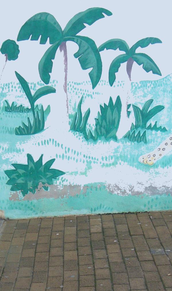 particolare di pittura muraria raffigurante palme e una zampa di tigre, alberi tropicali, ai piedi mattonellato del cortile della scuola, tronchi assottigliati resi evanescenti dal fotoritocco